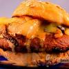 Бургер з грибами, смаженою цибулею і вершковим соусом