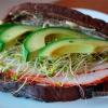 Бутерброд з індичкою, сиром, помідорами і авокадо