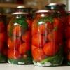 Закочує помідори на зиму без оцту