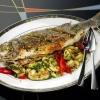 Запечена морська риба з овочами і чебрецем